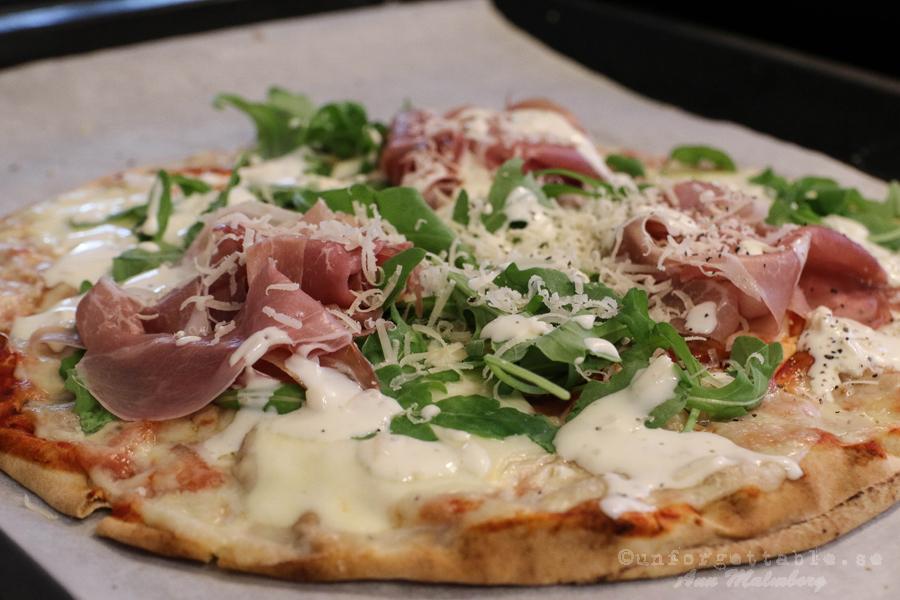 Libapizza med mozzarella, prosciutto & parmesancreme