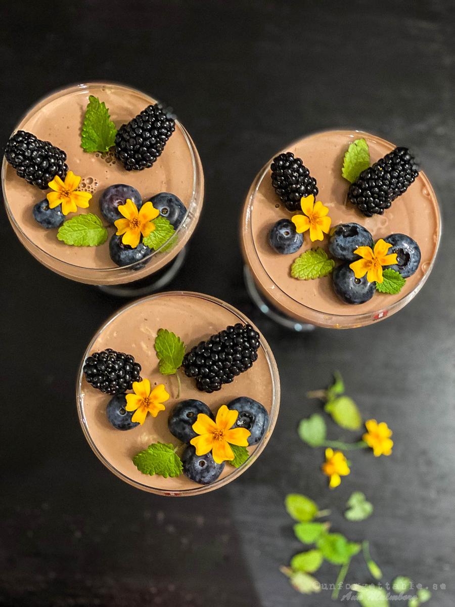 Chokladpannacotta med björnbär, blåbär & blommor
