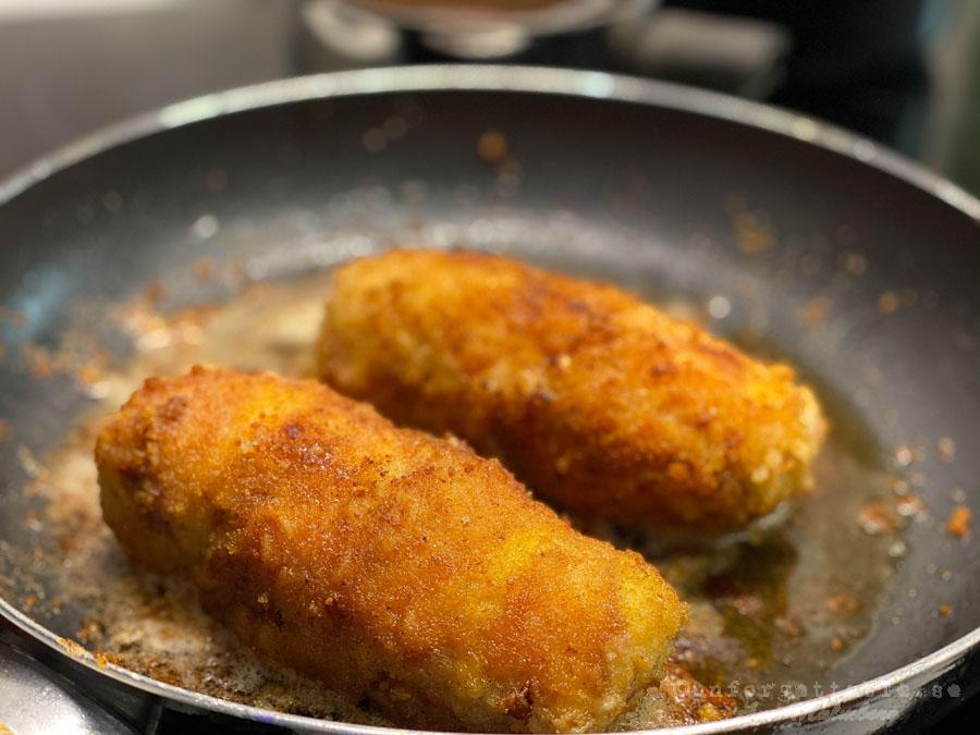 Panerad, baconlindad kycklingfilé fylld med mögelost