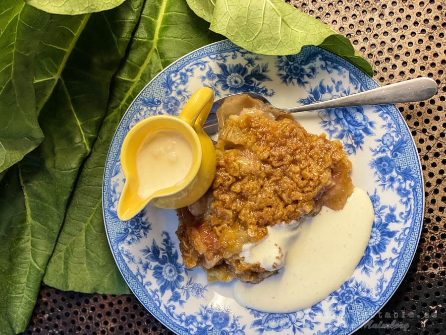 Knäckig rabarberpaj med rårörd vaniljsås